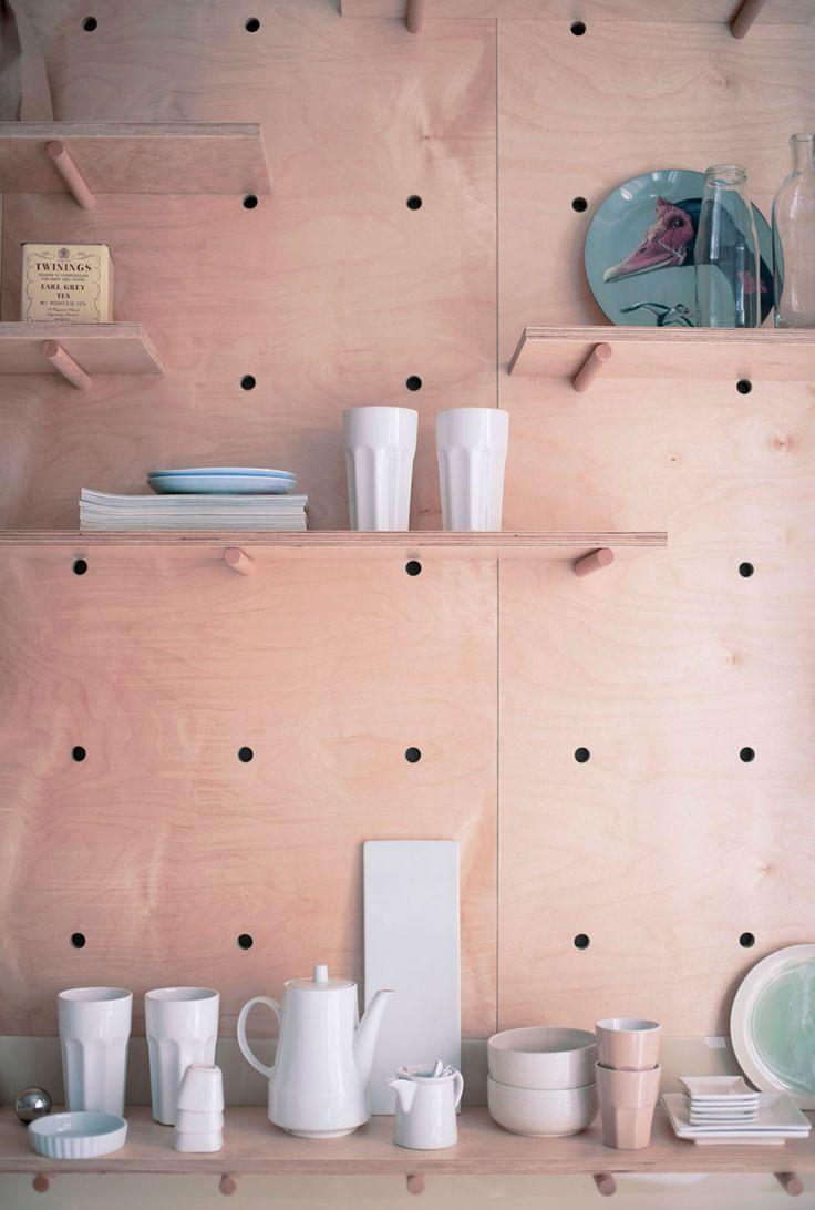 Decoração de apartamento pequeno, mini apartamento, com pegboard na cozinha, decoração com madeira e branco.