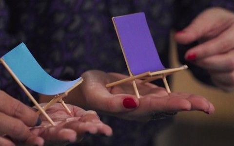 Com palitos e papel, faça cadeirinhas de praia para decorar as mesas