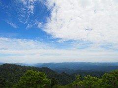 登山と聞くとかなり体力がいるみたないなイメージをもってる人も多いと思います そんな人におすすめしたいのが奈良県にある大台ケ原登山好きにはあまりにも有名な日本百名山の一つなんですがとてもお手軽な山なんですよ() 大台ケ原は奈良県上北山村にある百名山の中でも珍しい短時間の緩やかな登りだけで楽しめる山なんですよ お手軽に山頂からの眺めを楽しんでみてください tags[奈良県]