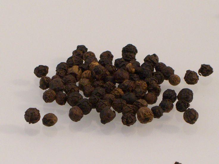 Schwarzer Pfeffer aus Malabar. Dieser schwarze Pfeffer, der dunkle König der Gewürze, schmeckt warm, intensiv und angenehm scharf. Ideal für Mühle und Mörser.