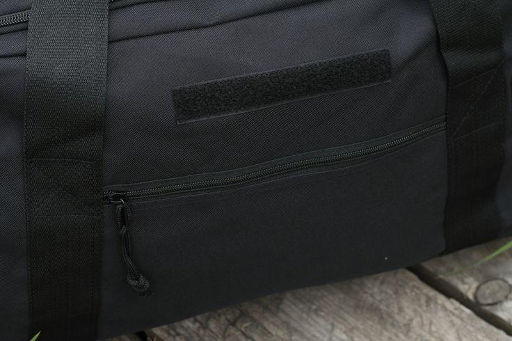 Cestovná taška ponúka jeden veľký priestor a vonkajšie bočné vrecko so zatváraním na zips. Taška od výrobcu Surplus v čiernej farbe. http://www.armyoriginal.sk/1741/133051/cestovna-taska-cierna-surplus.html