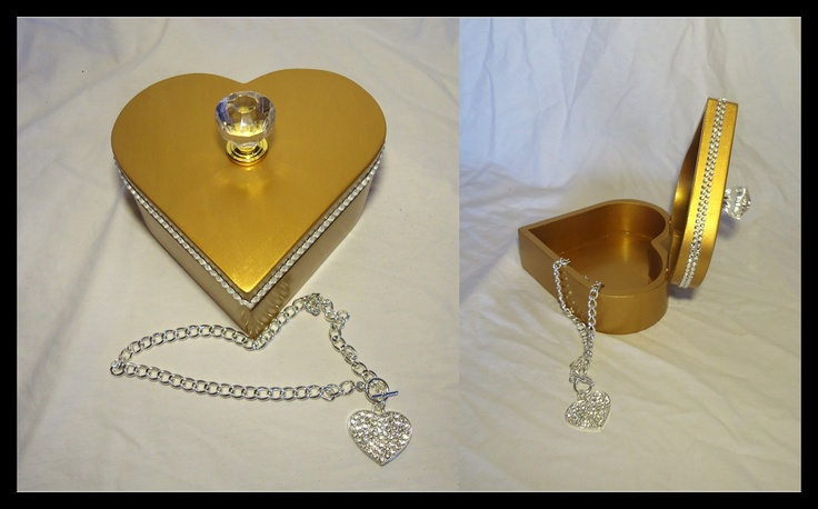 Golden heart-shaped jewellery gift-Box. Diamond like knob & rhinestone details on the side.  Great by itself or to hold that great mother's day gift, Valentine's or for any other special occasions.       *Necklace not available.