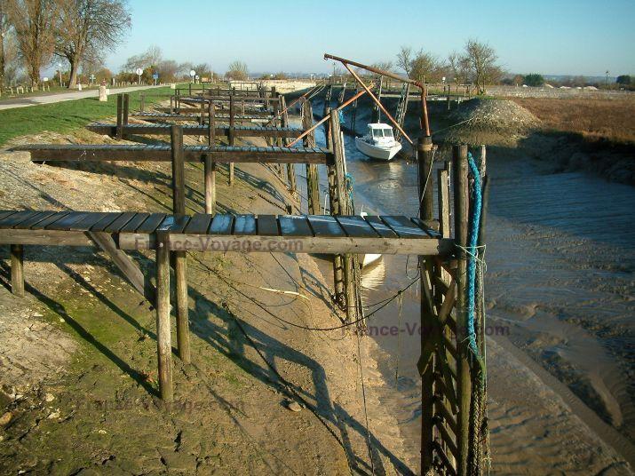 Talmont-sur-Gironde : Port avec ses pontons et bateau amarré, à marée basse