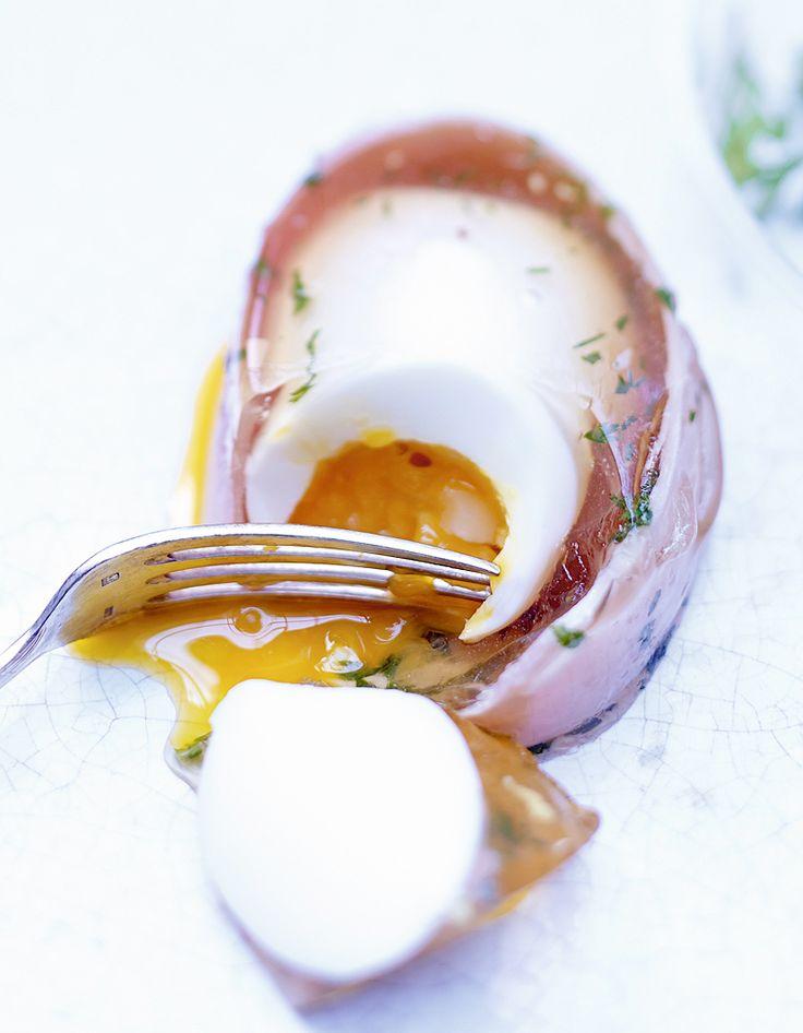 Recette Oeufs en gelée : Mettez les œufs dans une casserole d'eau froide, portez à ébullition et comptez 5 mn de cuisson à partir des premiers frémisse...