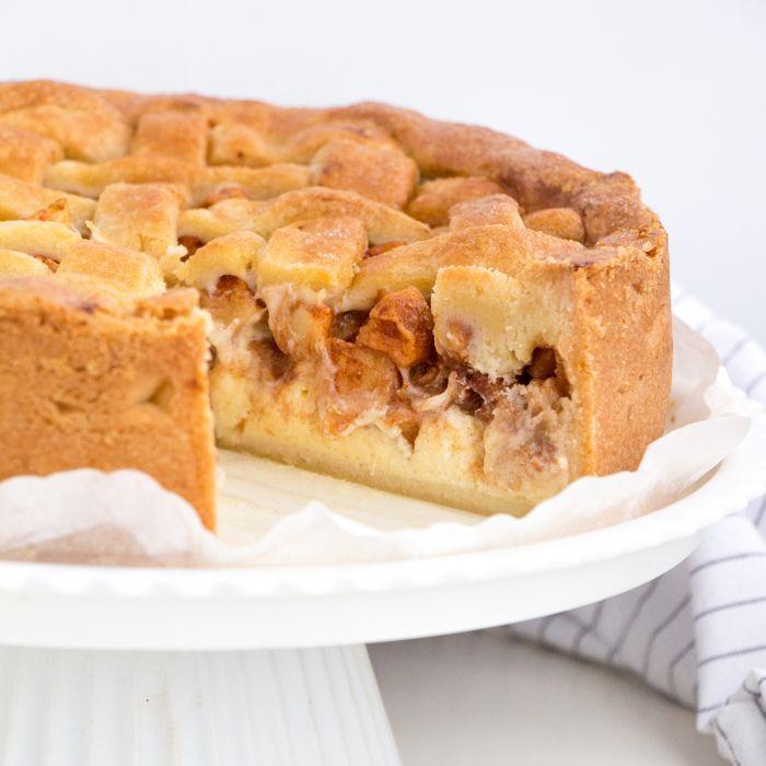 Een cheesecake verpakt in een appeltaart? Het kan en daar is deze appeltaart cheesecake het bewijs van. Lekker en helemaal niet zo moeilijk om te maken.