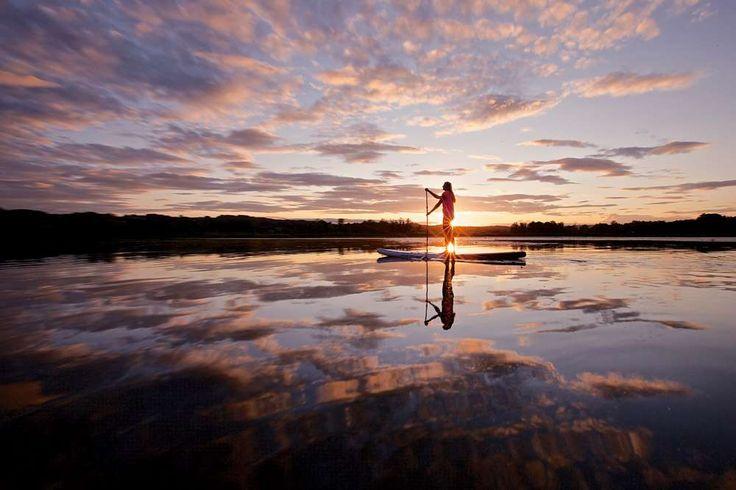 Es geht etwas ungeheuer Beruhigendes von einem Sommerabend am Chiemsee aus. Stand-Up-Paddler genieße... - Foto: Christoph Jorda