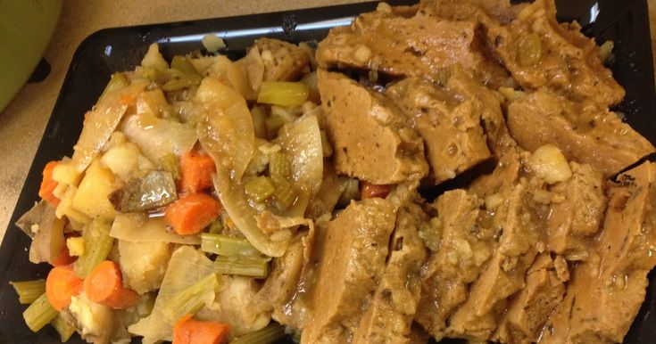 As I mentioned in my previous post I was going to make a seitan roast in my crockpot for my work's Thanksgiving potluck. It came out awe...