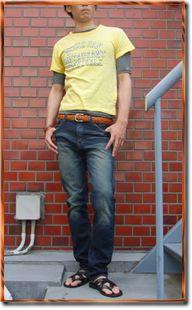 イエローとボーダーでおしゃれな雰囲気を演出。Tシャツ 重ね着のアイデア