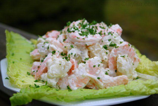 Deliciosa receta para ensalada de papas con camarones, zanahoria, cebolla blanca, mayonesa, ajo y perejil.