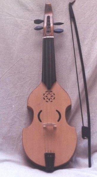 VIHUELA DE ARCO  El termino Vihuela o Vihuela de Arco es utilizado en algunos casos para denominar a un instrumento tambien conocido como Viola de Arco, Giga, Fidel, Fidula o Viela, antepasado directo de violines y violas.   Consta de un cuerpo hecho de madera y una forma que deja entrever lo que luego seria el diseño de violin.  Formado por dos tapas: la superior más fina y la inferior mas gruesa, unidas ambas por aros.   El mango de una sola pieza, plano y corto, encajado en el cuerpo…