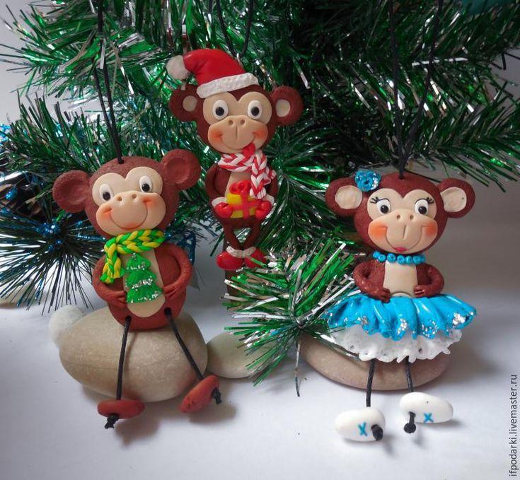 Сегодня первый день зимы и до Нового года осталось ровно 30 дней, а значит пора уже начинать подготовку к этому замечательному и радостному празднику! Уже вышло достаточно много мастер-классов других мастеров по изготовлению обезьянок, но я хочу показать вам довольно простой способ лепки, с помощью которого вы сможете слепить обезьянку в подарок друзьям или знакомым, а может быть и у…