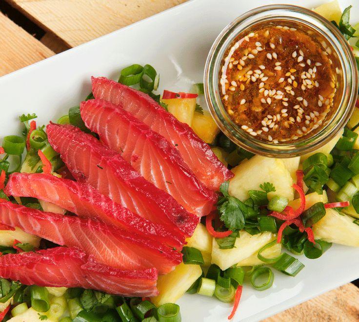 Hier findest du mein Rezept für hawaiianischen Poke-Salat mit rohem Lachs. Gefärbt sieht er aus wie ein Sonnenuntergang und ist ein echter Hingucker!