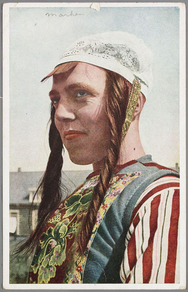 Marken 1920-1943. Zijportret van Marker vrouw met hul en pijpekrullen. #NoordHolland #Marken