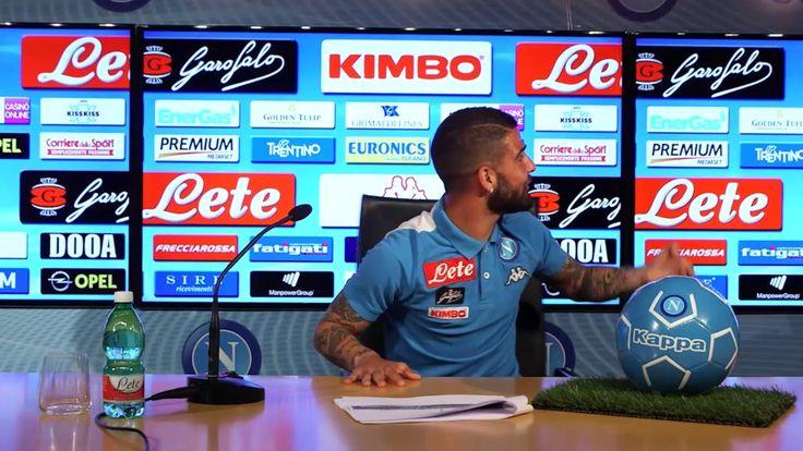 Dries Mertens scherza con Lorenzo Insigne durante il suo Q&A con i tifosi
