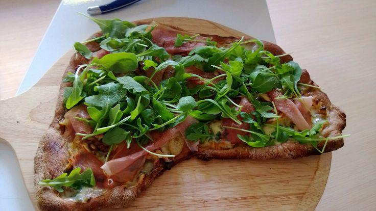 Pizza parmaham met rucola, walnoot, peer en gorgonzola.