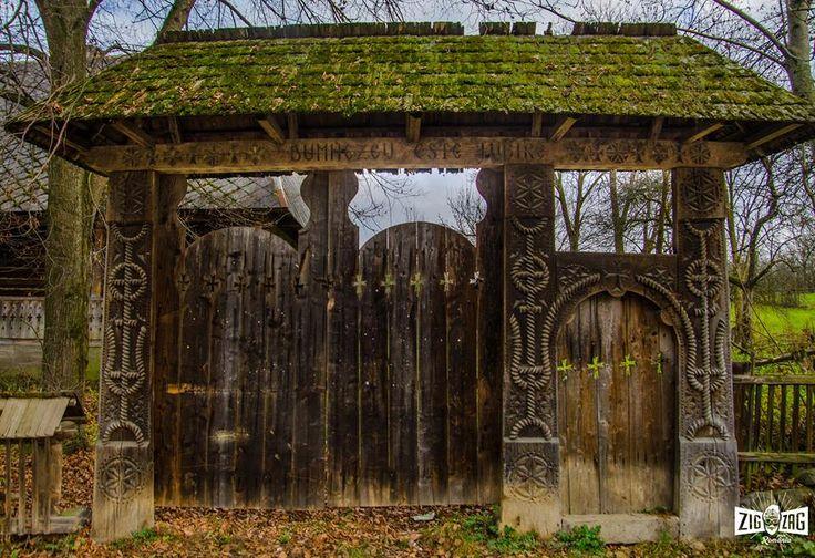 """""""Cu mult, mult timp în urmă, pe vremea imperiului Austro-Ungar, porțile maramureșene erau construite doar la casele celor care aveau strămoși de viță nobilă. Astfel puteau fi...""""  Continuarea poveștii o găsești pe: http://zigzagprinromania.com/mihail-si-gavril/"""