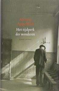Plotseling, liefde van de veelgeprezen Aharon Appelfeld is een emotioneel boek over de groeiende liefde tussen een oudere schrijver die met zijn dramatische oorlogsverleden worstelt en zijn jonge ongetrouwde hulp. De Israëlische Ernst, in de zeventig, woont alleen. Zijn eerste vrouw en dochter zijn door de nazi's vermoord, van zijn tweede is hij gescheiden. Hij wordt verzorgd door Irena, dochter van Holocaust-overlevenden. Langzaamaan geven ze zich bloot en ze beseffen dat ze meer voor…