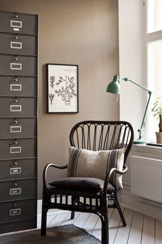 Borås Tapeterin Vintage-malliston pienikuvioinen tapetti on saatavana useissa väreissä. Värisilmä, http://kauppa.varisilma.fi/seinanpaallysteet/nonwoven-tapetit/vintage/