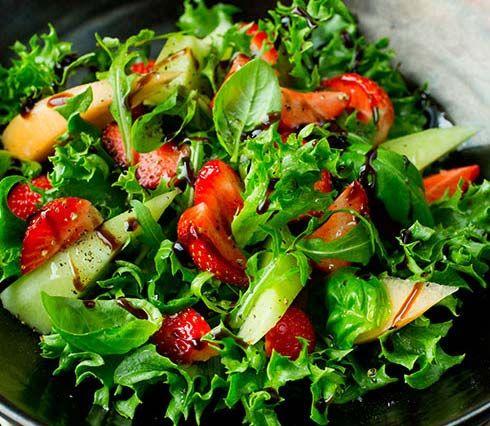 Lag en fristende, frisk sommersalat med grønn salat, ruccula, melon og jordbær. Se Lise Finckenhagens oppskrift her!