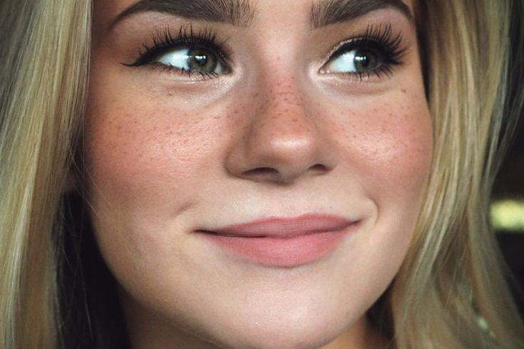 Fake freckles tutorial will teach you how to get a sunkissed look in a few easy steps.