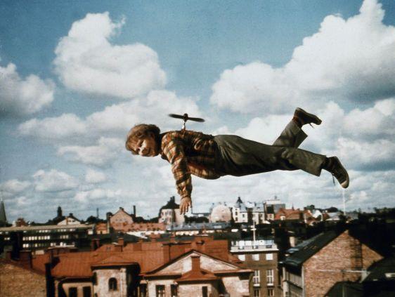 Karlsson auf dem Dach: 1974 wurden die Karlsson-Bücher von Astrid Lindgren zunächst als Spielfilm 'Karlsson auf dem Dach' mit Mats Wikström (Karlsson) und Lars Söderdahl (Lillebror) von Universum Film GmbH verfilmt. Später erschien diese Version als vierteilige Fernsehserie.