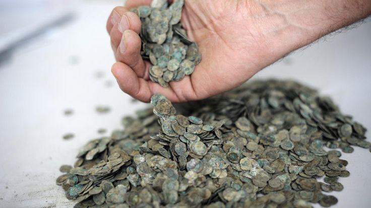 Un Breton de 78 ans a découvert en 2012 des centaines de pièces de monnaie datant de la fin de la période romaine.