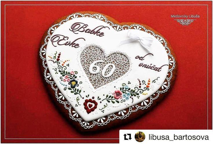 Tak toto je iná parádička neodolá ani diabetik   #praveslovenske od @libusa_bartosova  Anniversary gift in a traditional style (20x24cm)  Dar k jubileu v ľudovom štýle  #cookie #cookieart #heart #gift #slovakia #slovensko #traditional #traditions #love #sweets #ornaments #folk #folklor #folklore