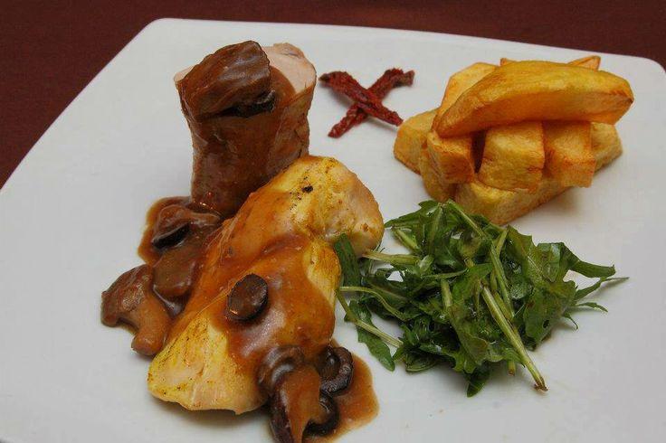 FEL PRINCIPAL Mușchiuleț de porc și piept de pui la cuptor Sos de ciuperci și măsline Cartofi wedges