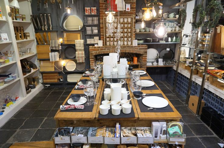 vaisselle blanche fine bone china sur les sets de table en tissu japonais