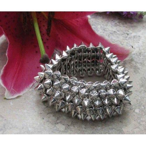 Bracelet élastique de couleur argent orné de clous.