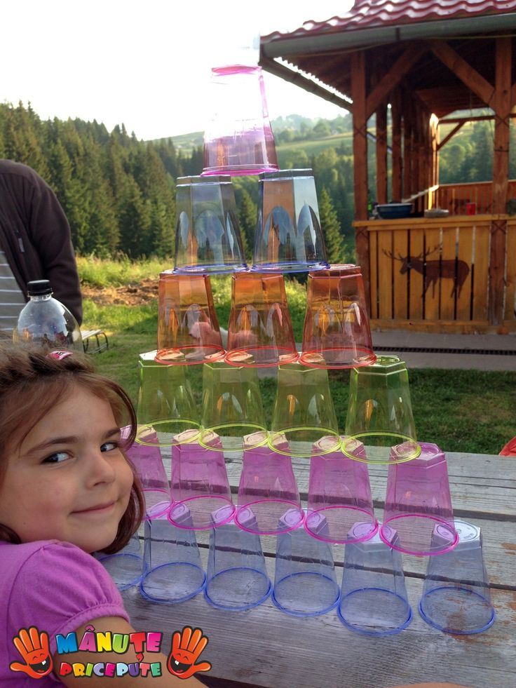 Cu puțină imaginație și răbdare, putem transforma paharele de plastic sau de hârtie în adevărate jucării, dezvoltând în acest fel îndemânarea, creativitatea și capacitatea de concentrare a micuților noștri.