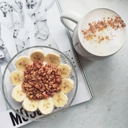 Завтрак на 242 ккал: 175 г творога - 91 ккал, ½ банана - 53 ккал, 2 ст л мюслей (20 г) - 68 ккал, латте 30 ккал.