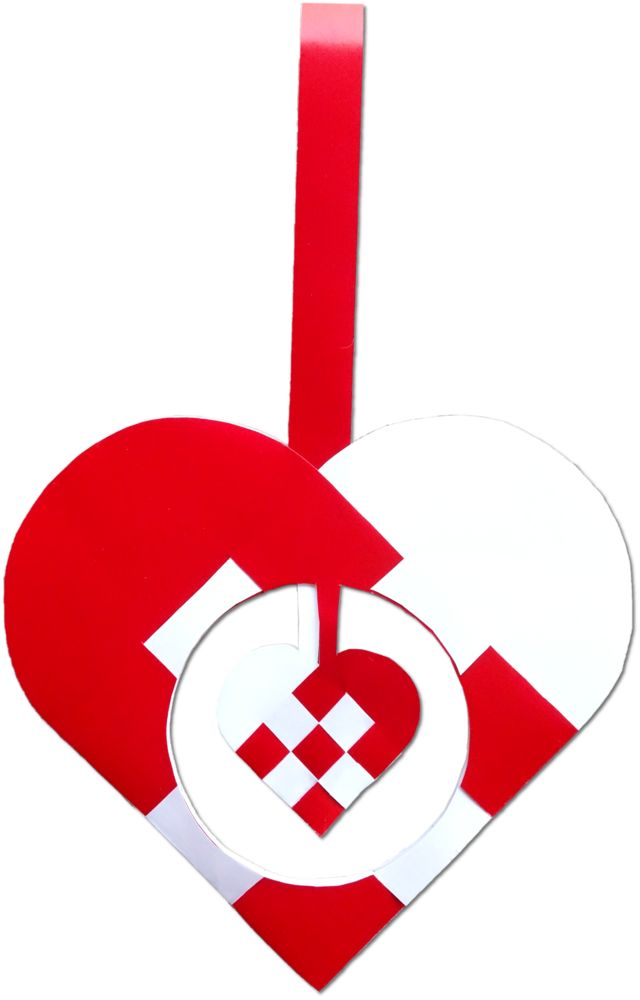 The heart of a christmas heart; the inner heart is really braided and freely suspended, and the whole thing is made of only two pieces of paper: red and white. The small heart will hold one piece of toffee :-) :http://julehjertedesign.dk/julehjertets-hjerte/ #julehjerte #christmasornament #christmas #jul