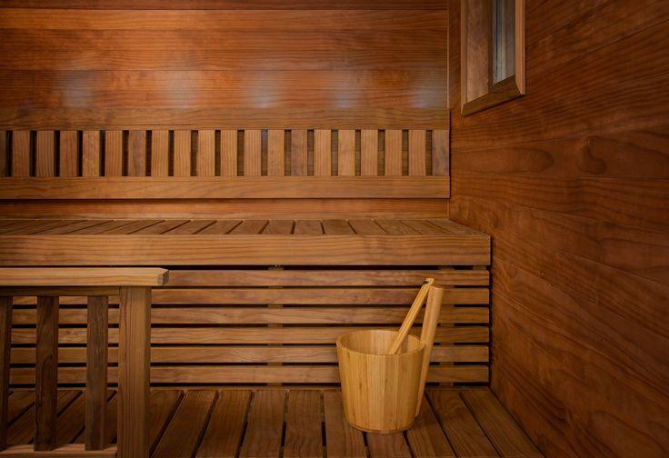 Lämpöpuu sopii täydellisesti saunaympäristöön niin ulkonäkönsä, kuin ominaisuuksiensa perusteella. Lämpökäsitelty puu on pihkatonta, eikä tihkuva pihka siten tahraa saunan pintoja. Lunawoodin Radiata-mänty on lisäksi oksatonta. - Thermowood is very suitable for decorating sauna, because it loses all of its resin during manufacturing process.