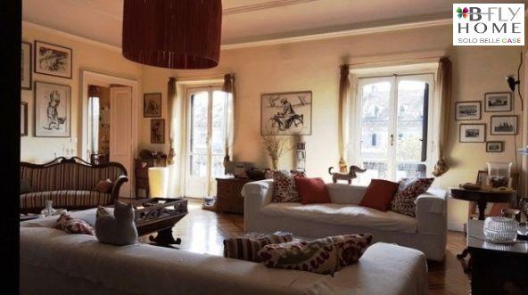 """Proponiamo a Torino, in corso Matteotti angolo corso Vinzaglio, appartamento di 305mq collocato nel famoso palazzo di fine '800 denominato """"Casa Giaccone"""". L'immobile è in una delle zone più rinomate per eleganza e centralità, inoltre è nelle vicinanze di Porta Susa e della Metropolitana. In vendita a €980.000."""