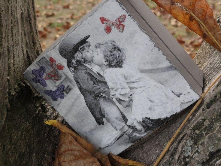 motylki na drzewie i piękna szkatułka