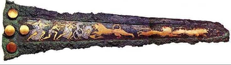 Pugnale miceneo, II millennio a.C.. Rappresenta la caccia al leone. In bronzo oro e argento. Pungnale da parata, non usato per combattere. Conservato al Museo Archeologico Nazionale, Atene