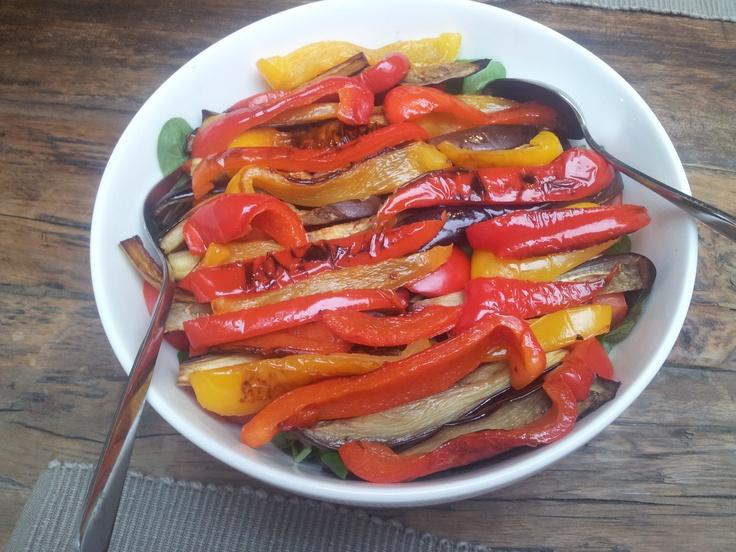 Salade met geroosterde groenten.  Rooster repen aubergine die je besprenkeld hebt met olie. Bak zachtjes repen rode en gele paprika in olie met een paar tenen knoflook. Laat afkoelen en rangschik over gemengde salade