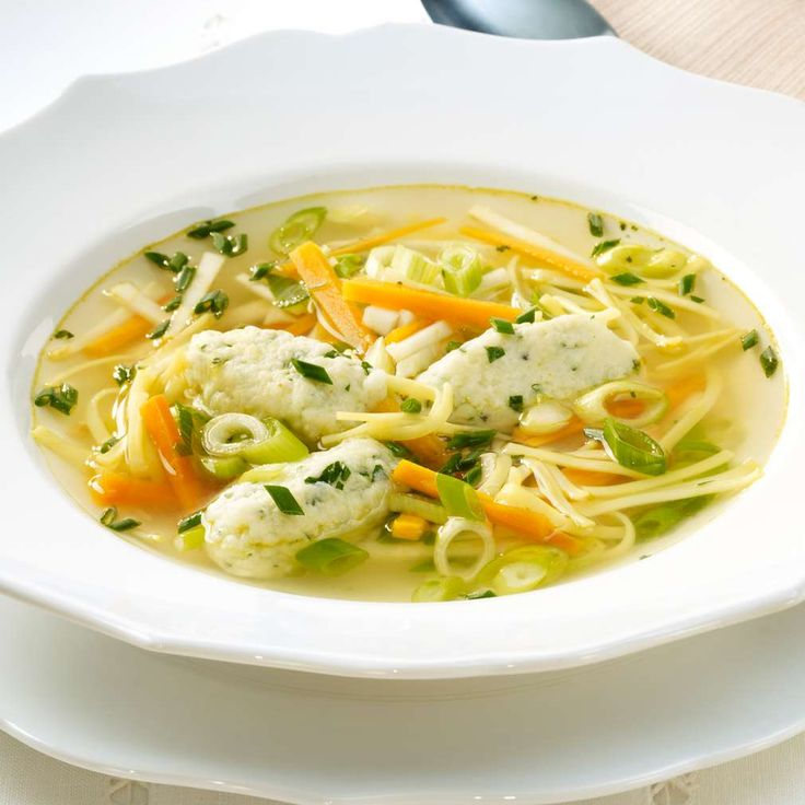 Festliche Bouillon mit Gemüsejulienne und Klößchen