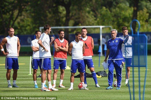 Hazard Kembali Berlatih        Agen Bola - Eden Hazard kembali mengikuti latihan rutin Chelsea setelah kondisinya membaik usai cedera pangkal paha. Hazard kini akan berusaha agar siap tampil pada laga melawan Arsenal. Hazard absen dalam tiga pertandingan terakhir yang dijalani Chelsea. Gelandang serang asal