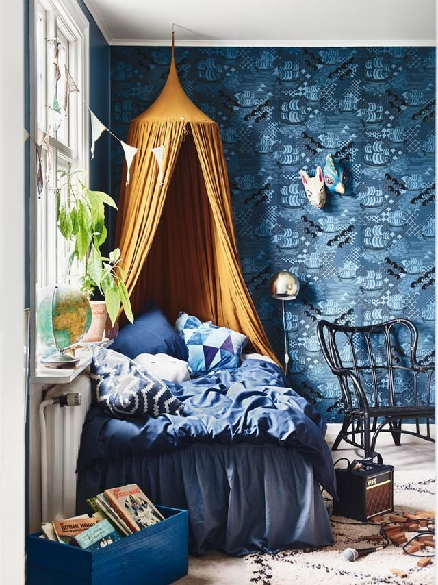 <p>Ποιος δεν θέλει να βρεθεί σε ένα ζεστό κρεβάτι με αφράτα μαξιλάρια πλάι σε ένα παράθυρο, για να διαβάζει ακούγοντας τη βροχή ή να ονειρεύεται κοιτώντας τον ουρανό; Στον τοίχο η ταπετσαρία Ithaque ε