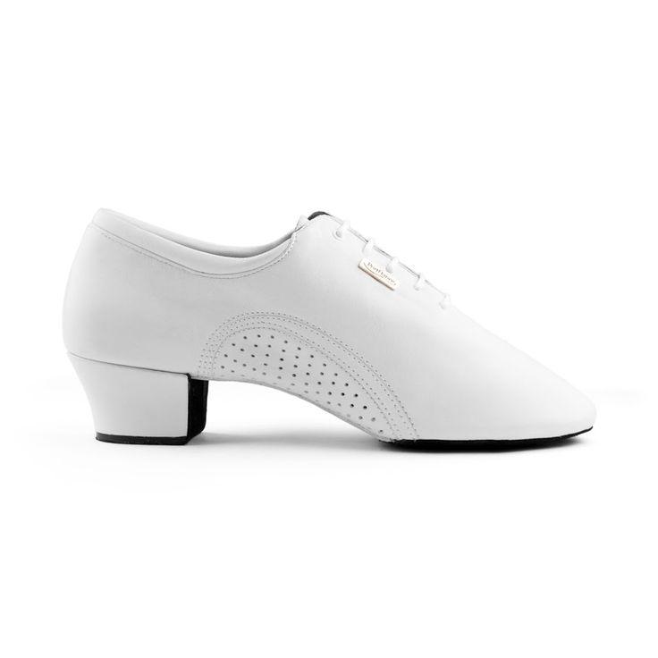 Indbydende herre latin dansesko. Modellen PD011 Pro er fra PortDance og er udført i hvidt læder. Forhandles hos Nordic Dance Shoes: http://www.nordicdanceshoes.dk/portdance-pd011-pro-hvid-laeder-dansesko#utm_source=pin