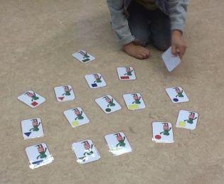Spel om vormen en kleuren te oefenen met kikker