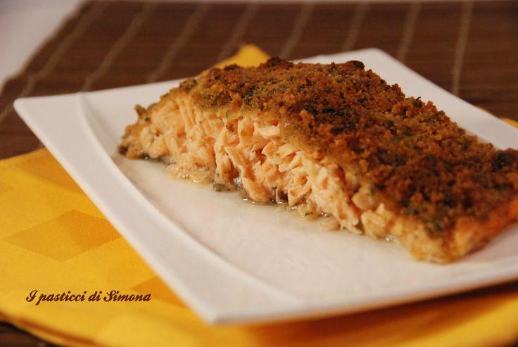 Salmone al forno con pangrattato e limone - trancio di salmone al forno - trancio di salmone fresco in crosta di pane