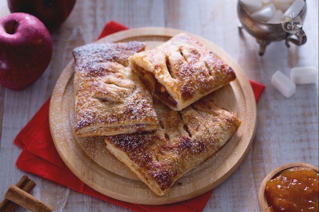 I fagottini di pasta sfoglia con cuore di mela sono dolcetti molto delicati, ideali per la prima colazione, per la merenda o per un veloce spuntino!