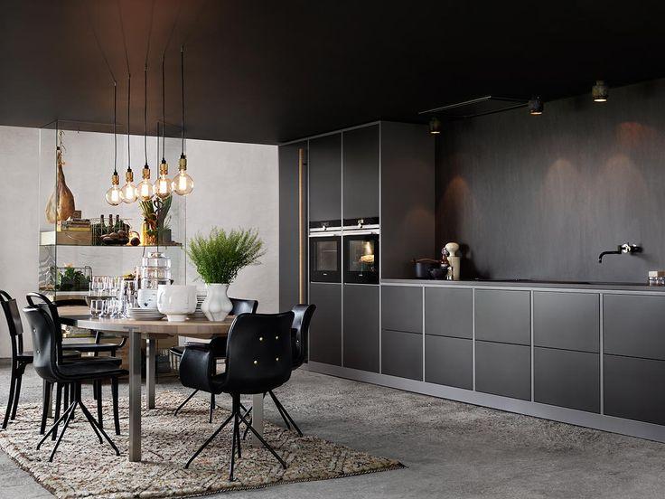Arkitektkök - Mija Kinning tolkar Ballingslöv. I det här köket följs luckan Bistro i peppargrå och tillbehör i olika accenter från Classic-serien åt.