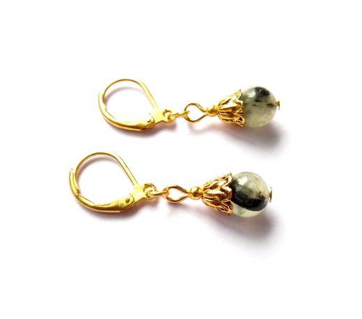 Örhängen med pärlor av prehnit