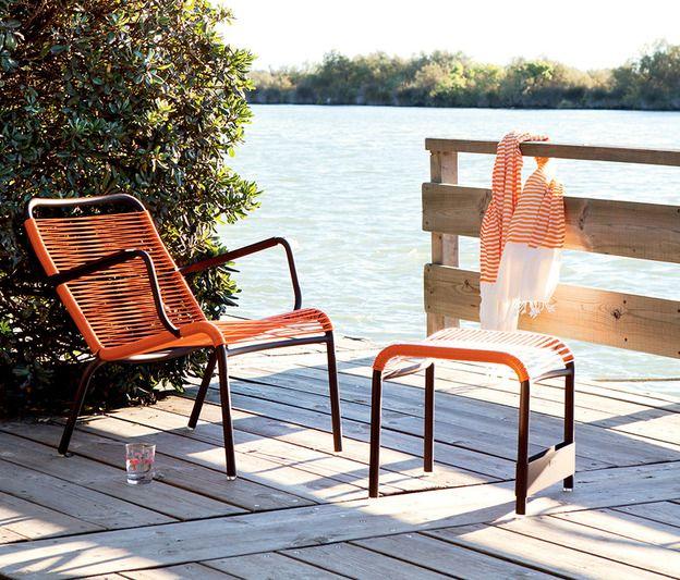 Séance bronzette avec le fauteuil Saint Tropez... Avec son fil scoubidou, il se donne des allures de mobilier vintage, toujours gai, léger et totalement insouciant ! - Fermob