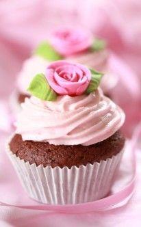 rosa Rosa auf Schokoladen-Cupcake