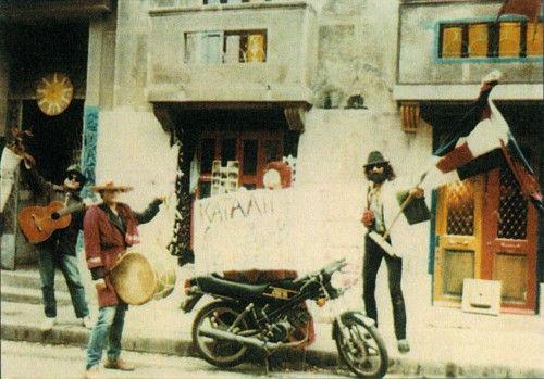 O Νικόλας Άσιμος έξω από την κατάληψη της Βαλτετσίου, φθινόπωρο '81, Φωτό Αγνώστου - Αρχείο Οικ. Ασημόπουλου  από το βιβλίο…